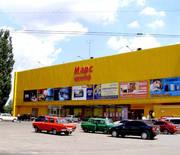 Фасадное. Отдельностоящие здание торгового центра.в Перевальске