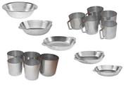 Алюминиевые кружки и тарелки разных размеров.